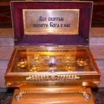В соборе хранятся ковчеги со святыми мощями